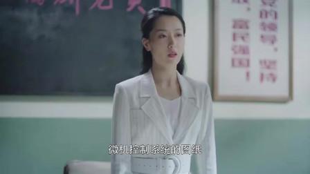 《奔腾年代》贴面女皇廖一梅一身火红风衣,年轻漂亮有文化,常汉卿对她印象深刻