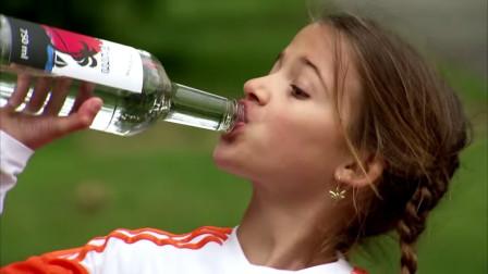 小姑娘渴得拿起一瓶酒咕咚咕咚往下咽,喝完就倒,路人手足无措!