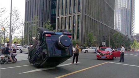 自作自受!面包车强行加塞还不行,恶意别车挑衅,结果被自己一脚油门撞翻!