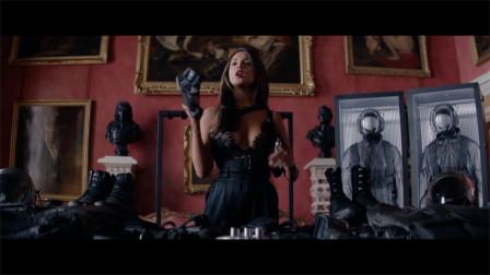 性感女神给杰森斯坦森准备强硬的武器装备
