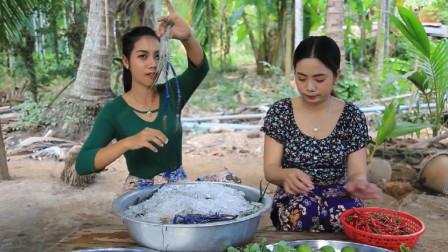 泰国美女野外吃播:自制美味的烤辣虾,太诱人了