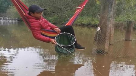 这才是高手,在河里绑着秋千钓鱼,不知道他怎么回家了!