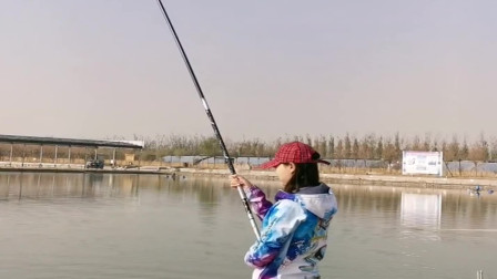 美女来水库钓鱼,还没吃饭就上鱼了,这次没有白等!