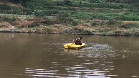 农村小伙撒网是认真的,直接划船到塘中间撒网,太牛了!