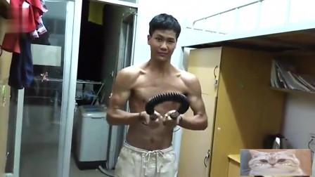李小龙再现:健身达人用50公斤的臂力器练胸肌,你能做几个