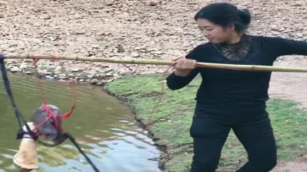 农村大姐从菜市场买了个猪蹄,今天要把水库里的大鳄龟钓上来,太厉害了!