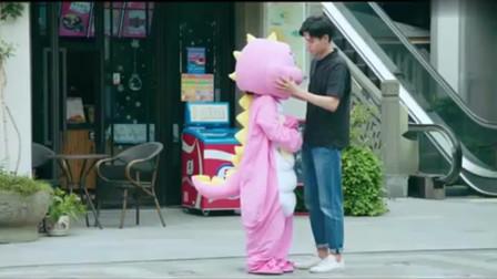 江辰听见小希带着头套哭,取下来发现哭声更大,又默默盖了回去!