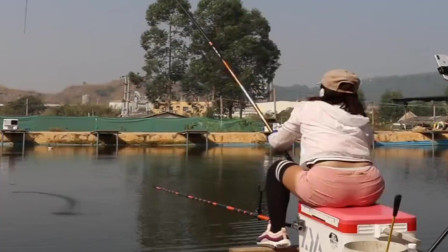 农村小姐姐来鱼塘钓鱼,没想到刚下杆不到一分钟就上大货了,真牛!