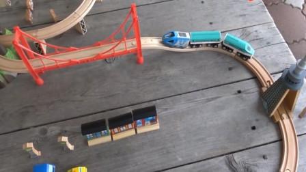 趣味玩具 托马斯小火车过山洞与木制铁轨上的大桥