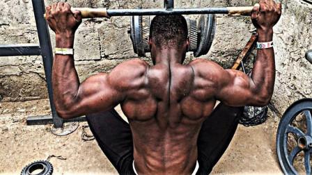 非洲小伙太励志!不吃蛋白粉,靠简陋器械练出逆天肌肉