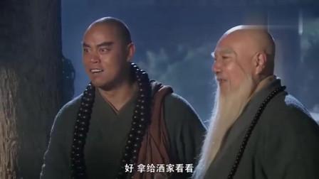 两人抬着费劲的禅杖,老和尚一只手就拿了起来,还教和尚一套杖法