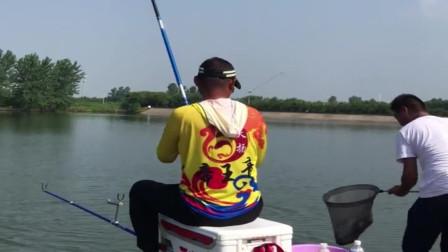 看这衣服就知道是个钓鱼高手,果然没让人失望,一下子就双飞大鱼了!