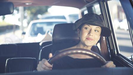 行人横穿高速,女司机喇叭都按爆了,这人依然不回头,女司机只好这样做!