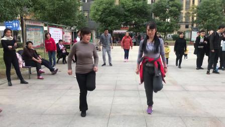 2姐妹跳懒人鬼步舞,舞步整齐,动作时尚,太好看了