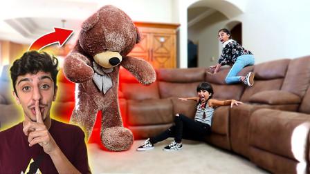 老外恶作剧:藏在超大泰迪熊里吓唬妹妹,网友:这哥哥差评!