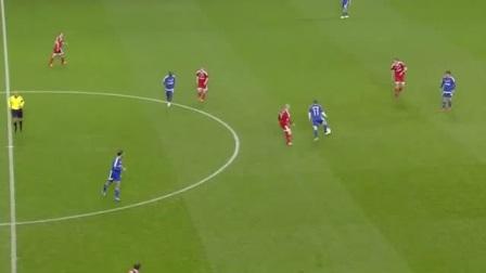 红队在对面门前传球失误,好在24号球员抢回球员