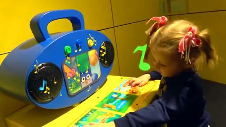 萌娃小可爱这是在哪儿玩呢 这个地方可真有趣呀! 这只鳄鱼真是萌萌哒!