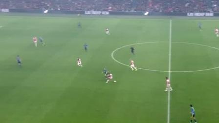 好不容易拿到球,直接被对手冲过来一脚踢出界
