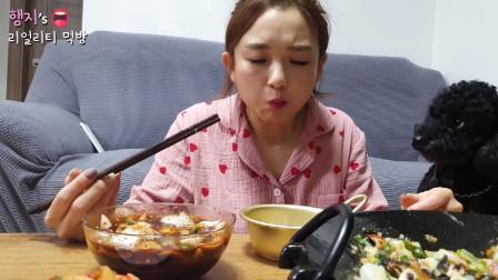 吃货大放送:美女自制海鲜葱饼、泡菜碗面、还喝起了小酒