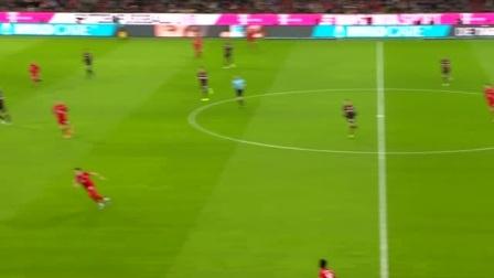 红队小伙花式传球被看穿,球被对手铲出场外