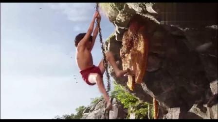 小男孩从悬崖上把这一大块蜂蜜采下来,真是把这头熊给爽死了
