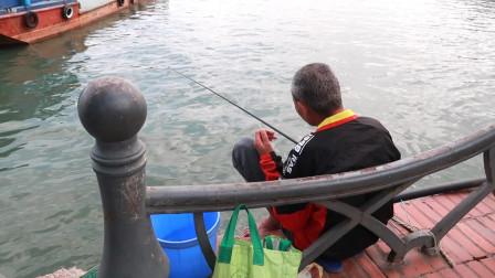 越南人的真实生活,下龙湾钓钓鱼,妹子也钓鱼