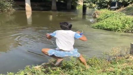 农村小伙撒网姿势太疯狂了,直接跳起来玩撒网,这技术厉害了!