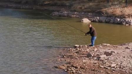 村长大冬天来水库钓鱼,甩杆姿势简直太帅了,年轻时一定是个钓鱼专家!