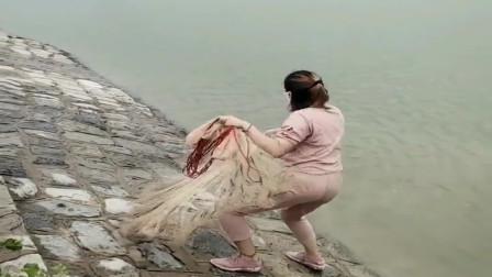 农村小媳妇想吃鱼了,直接背着撒网来水库捕鱼,这力气可真不小!