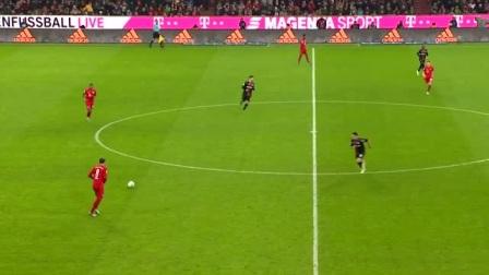 守门员太给力了,举起双手挡下对手射门,反应太快了
