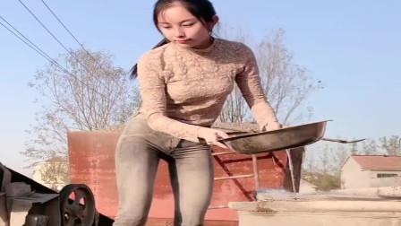 农村小媳妇太能干了,瘦小的身躯也能干男人们的活,佩服!