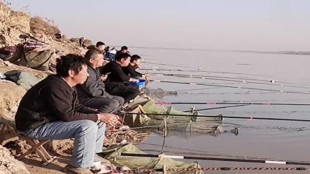 冬天大河里的鲫鱼都开口了,家家户户都拿着鱼竿来钓鱼,岸边全是人!