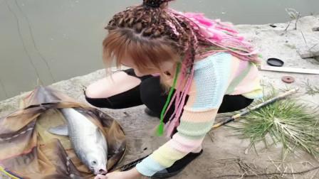 农村小媳妇在水库钓了一条草鱼,看上去太小了,赶紧放生吧!