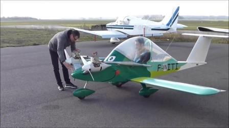 非常萌萌哒小飞机,而且还是双发动机的澎湃动力!小眼睛真的可爱