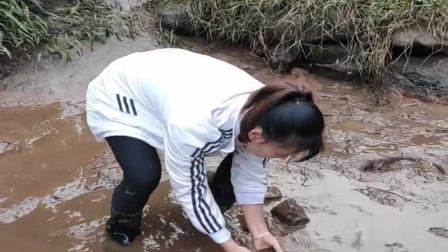 农村小伙来河里抓鱼,发现老鳖就让表妹去抓,太不会怜香惜玉了!