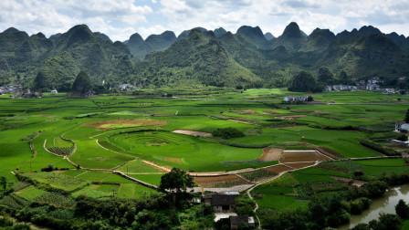贵州万峰林晨景,远处万山绵延,近处鸟语花香,祖国山河美如画