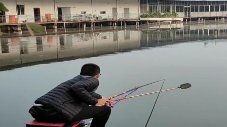 农村小伙来鱼塘钓鱼,刚把鱼饵扔下去就上钩了,可是用力过猛当场切线!