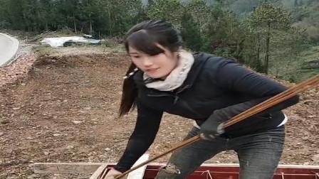 农村深山里的小媳妇太能干了,男人们的活都不在话下,真让人佩服!