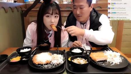 胖儿子与美女餐厅互喂投食撒狗粮,竟是恋情坐实?网友:一朵鲜花插在了牛粪上!