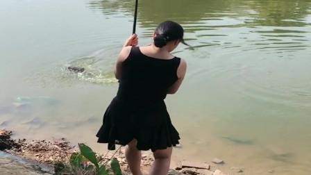 农村小媳妇在池塘钓鱼,结果上货了一条大青鱼,夜晚又能和老公加餐了!