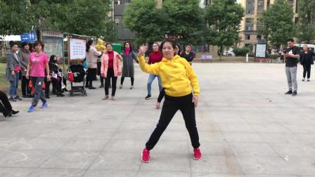 48岁大妈广场秀健身舞,舞步简单时尚,旁人看了也想跳