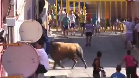 极限挑战超级斗牛!疯狂的西班牙人,竟如此对待牛牛!