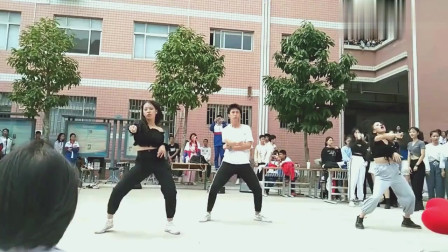 学校的舞团招新,都是优秀的学姐学长,灰裤子小姐姐跳得真好