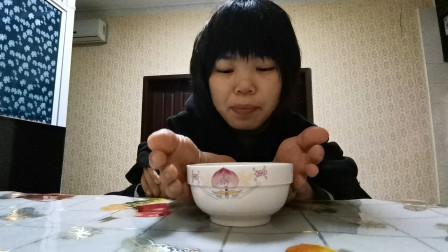 无臂女孩冬天摆摊太冷了,回家用脚煮姜汤水,网友:这双脚很厉害