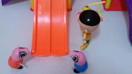 乔治和佩奇一起滑滑梯,猪大屁也想和他们一起玩,结果太胖卡住了