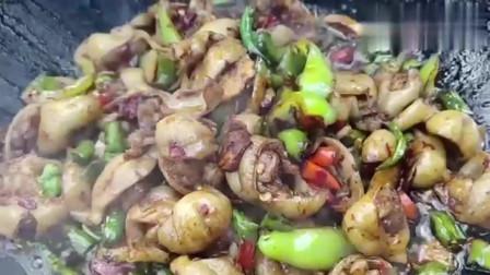 农村小伙野外生火教你如何炒出美味不腻的猪大肠,看起来就很好吃!