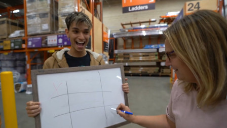 双胞胎和路人玩井字游戏,只要路人赢了,就能得到100美元