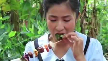 美女野外烹饪烤蔬菜肉串,真是太诱人了