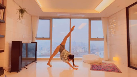 一个人练习瑜伽的感觉,开胯拉伸如优雅的舞者赏心悦目