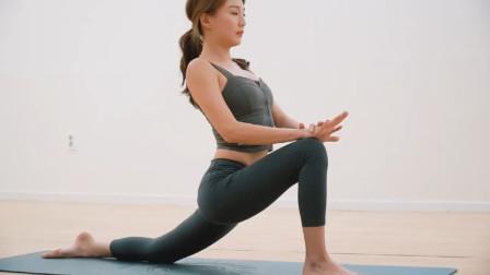 美女瑜伽教练教新手一些简单的瑜伽体式,拉伸舒缓你的身体